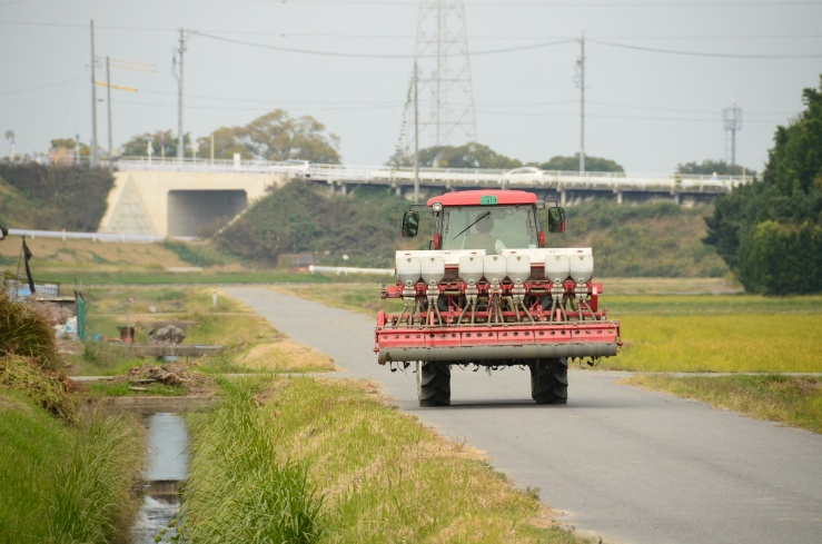 農道を走る農作機
